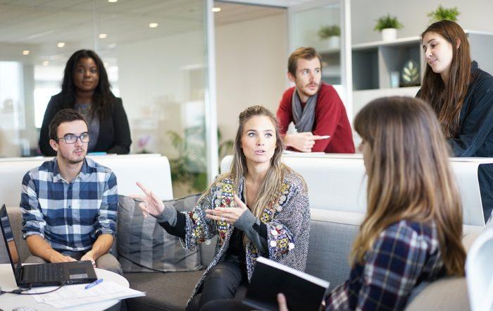 Team diskutiert am Arbeitsplatz